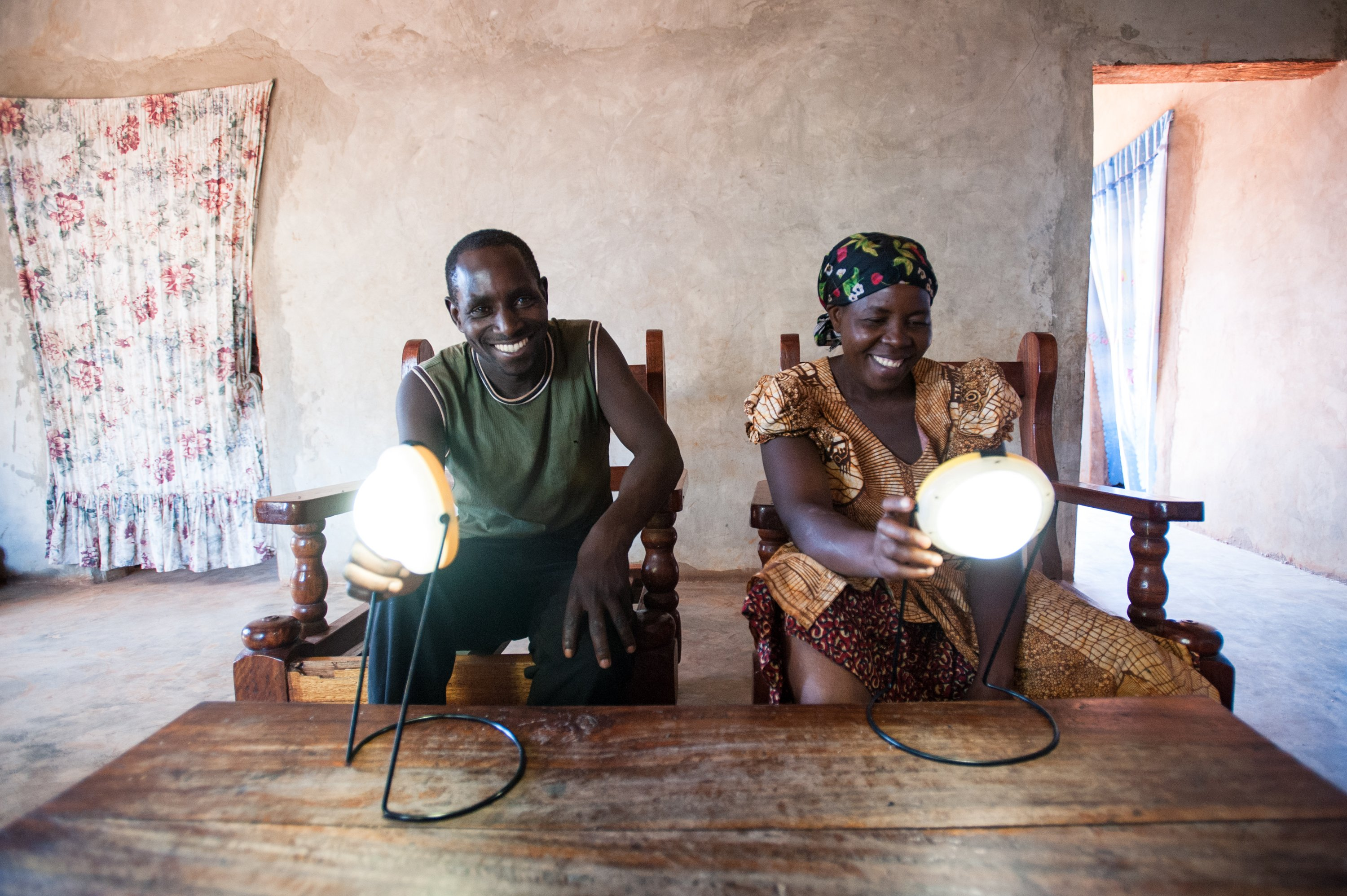 Jimmy Nziku and Suzana Chavargino with their solar lamps